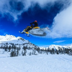 snowmobile_snow_flying_mountains_cascade_range_blue_sky__114388