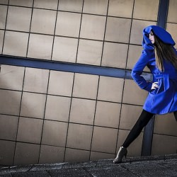 woman_blue_coat_fashion_plymouth_structure_texture_pose_light__116014
