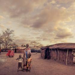 maasai_mamma_family_africa_desert_huts__115036