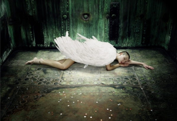 http://oneeyeland.com/photo4/beauty/one_eyeland_fallen_angel_by_chris_frazer%20smith_51978.jpg