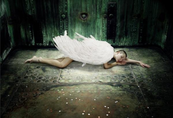 http://oneeyeland.com/photo4/beauty/one_eyeland_fallen_angel_by_chris_frazer%20smith_51978.jpg