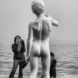 Statue with sightseers-Yasuhiro Sakuda-silver-EDITORIAL-Travel-1080