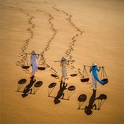 Mädchen auf Sand Düne-Chin Leong Teo-Bronze-MENSCHEN-Kultur -5348