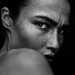 Romi-Martin Krystynek-bronze-black_and_white-2473
