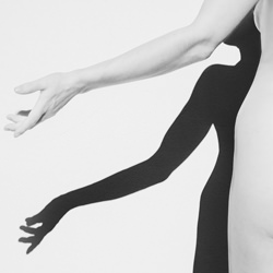 Shadows 2-Annelies Damen-bronze-black_and_white-6385