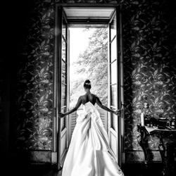 sposa con eleganza si affaccia alla finestra-Luigi Rota-bronze-wedding-4652
